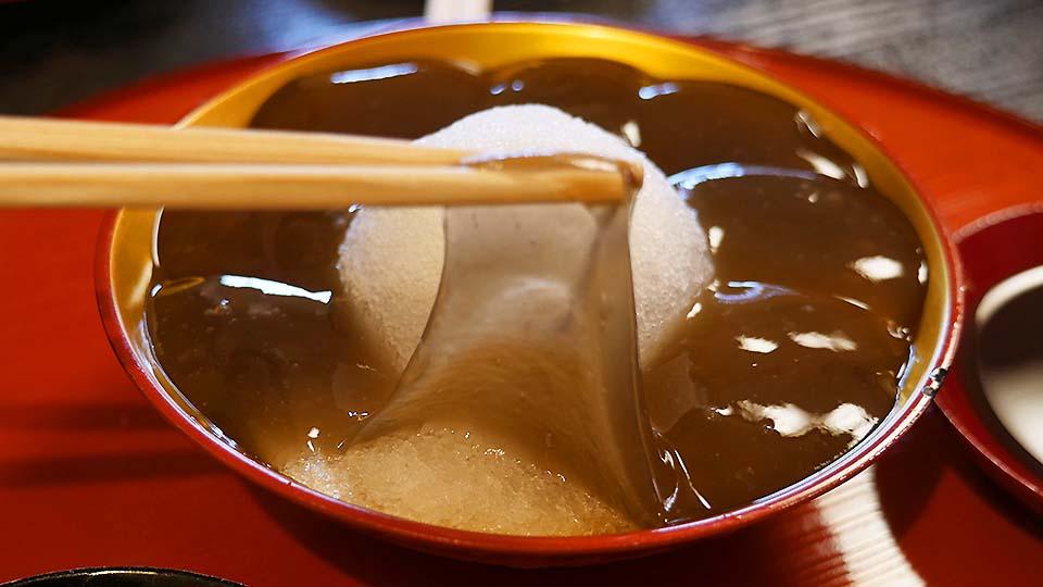 京都「ぎおん徳屋」の名物涼菓「本わらびもち」は驚きの食感!